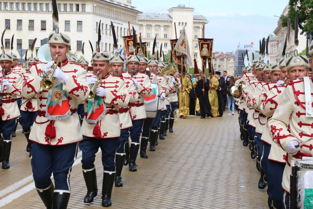 Традиционното шествие за Деня на българската просвета и култура озари София