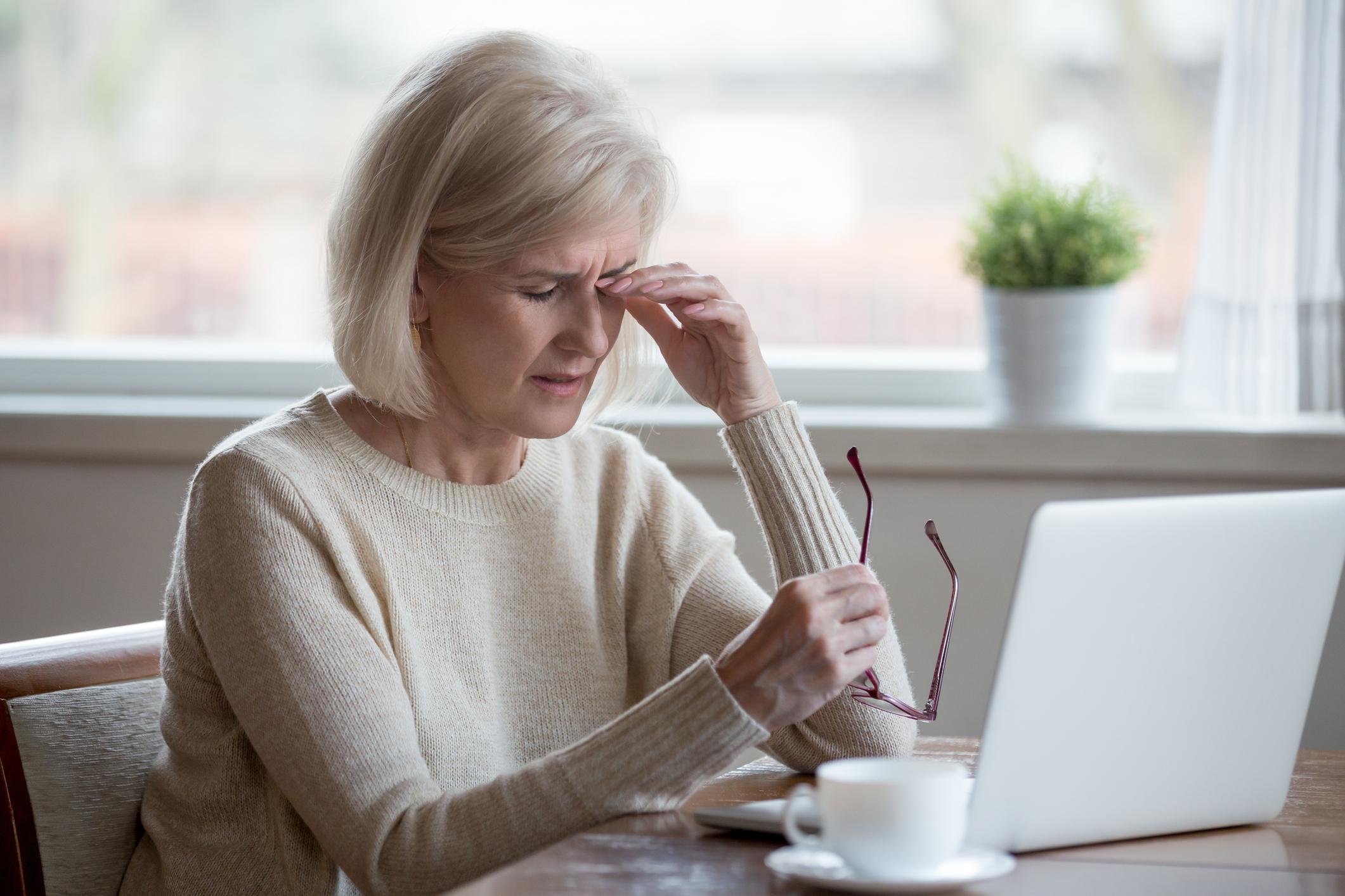 Няма как да противодействаме на влошаващото се зрение<br /> Вярно е, че с годините естествено зрението се влошава. Това обаче не се дължи на факта, че старостта върви в комплект с очила за четене. Често влошаването се дължи на вродени или придобити лечими очни заболявания. Затова, когато усетим напрежение, болка, замъглено зрение, е най-добре веднага да посетим очен лекар, за да може той да ни помогне да изкореним проблема или поне да предотвратим по-сериозни увреждания.