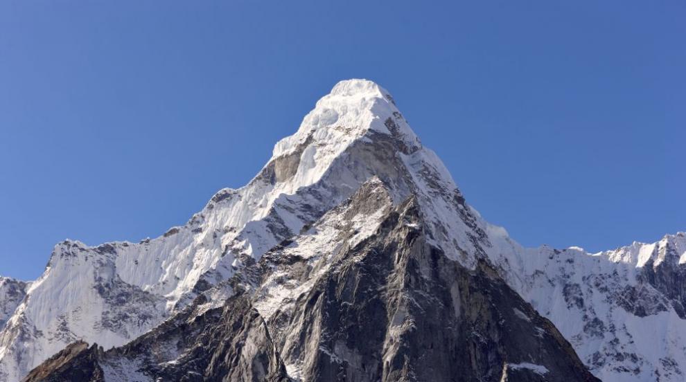 Нова жертва на Еверест заради опашката от алпинисти (СНИМКИ)