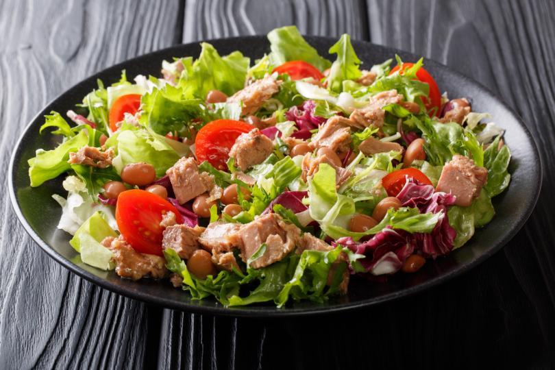 <p><strong>Богата салата с червен боб, царевица и риба тон -</strong> засищащо и полезно предложение, което включва два важни протеина - боб и риба тон!</p>  <p><u><a href=