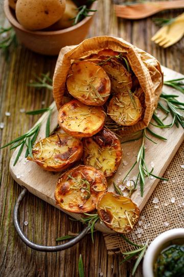 <p><strong>Печени картофи</strong></p>  <p>Нискокалорични, те се разграждат напълно. Богати на калий, те са полезни за мускулите и мъжката сила. Варени картофи с кожите са полезни само, ако са пресни.</p>
