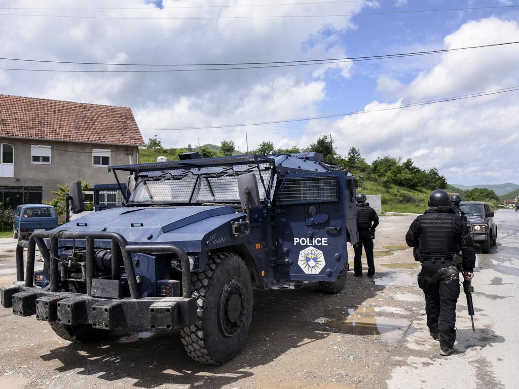 Двама сърби саранени при стрелба в северната косовска община Зубин по-рано тази сутрин, когато специалните косовски сили РОСУ са пристигнали в района, потвърди за агенция Танюг полицейски служител от мястото на събитието.