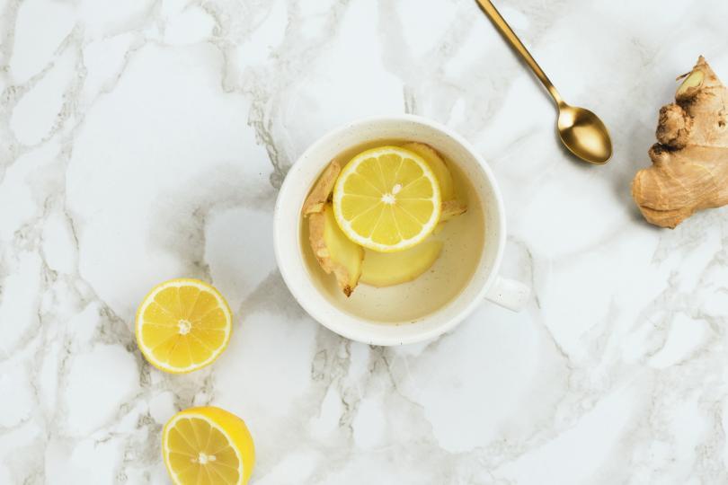 <p>Джинджифил и лимонена вода &ndash; Отрежете парче джинджифил и половин лимон. Сварете вода и прибавете двете съставки да поврат за 5 минути, оставете да се охлади. Пийте по 1 чаша от това лекарство, всяка вечер в продължение на 2 седмици.</p>