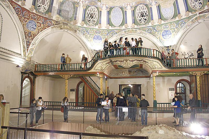 <p><strong>Музей на религиите в Стара Загора&nbsp;</strong> - Това не е типичният музей и няма големи стъклени витрини с кратки описания на предметите. Той всъщност представлява една голяма сграда, в която през вековете са се наслагвали различни религиозни практики. Може да видите останки от култова яма от началото на ранножелязната епоха (Х &ndash; ІХ век пр. Хр.), езическо светилище, посветено на тракийския конник (ІІ &ndash; ІІІ век), средновековна християнска гробищна църква (края на Х &ndash; ХІІІ век) и мюсюлмански храм (ХV &ndash; ХХ век), и всичко това &bdquo;под един покрив&ldquo;. Освен че ще се потопите в различни епохи, ще останете удивени от изящните стенописи и пластична декорация.</p>