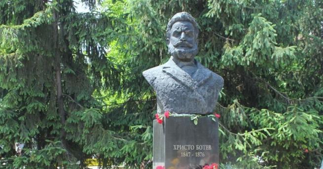 Стотици поклонници са изкачили днес на връх Околчица във Врачанския
