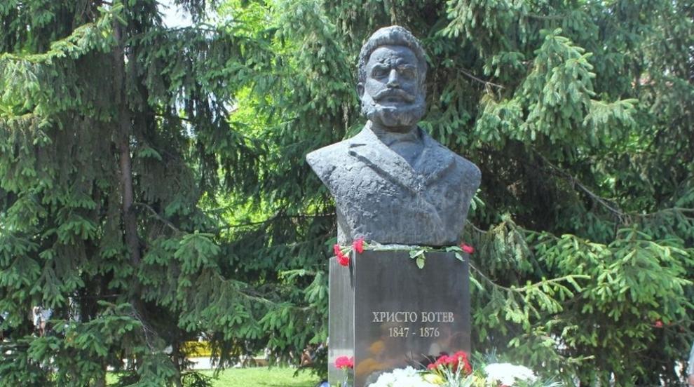 Стотици поклоници почетоха на връх Околчица паметта...