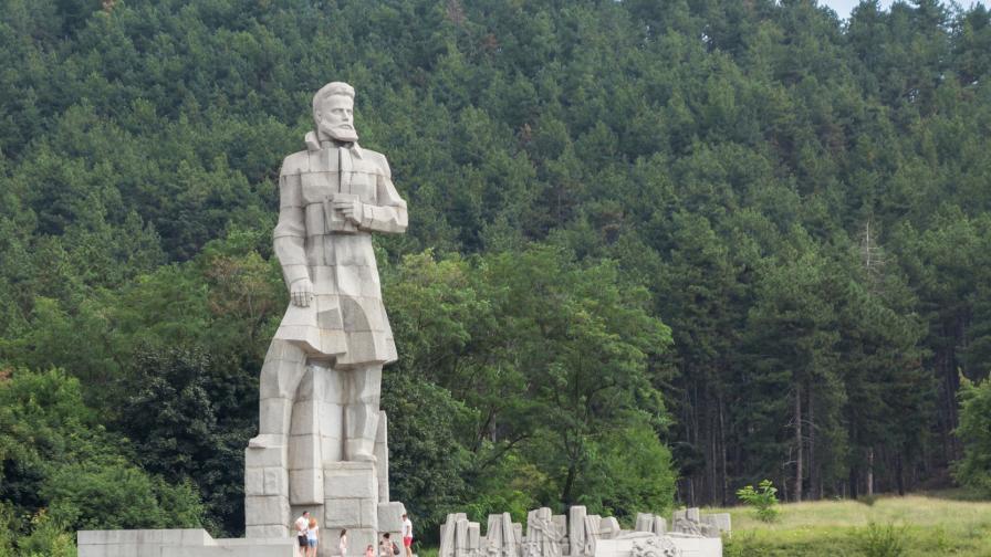 <p>Отдаваме почит на <strong>Ботев</strong> и на загиналите герои за <strong>България</strong></p>