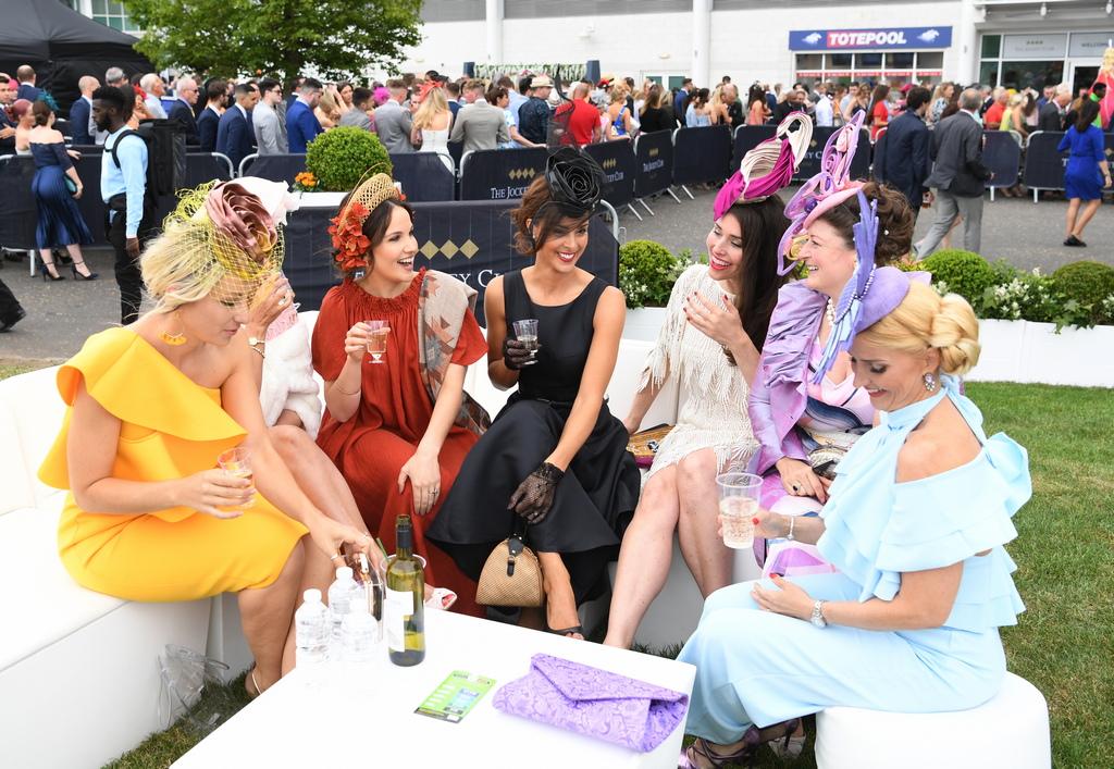 Любители на конните надбягвания участват в Деня на дамите по време на състезанията на пистата Epsom Down, близо до Лондон, Великобритания