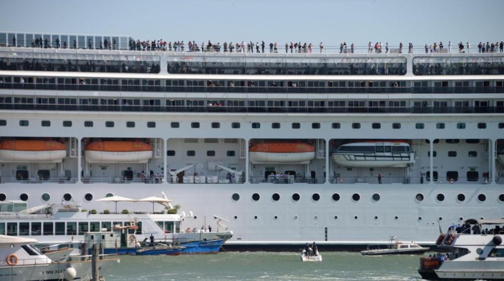 Повече от половината хора на круизен кораб край...