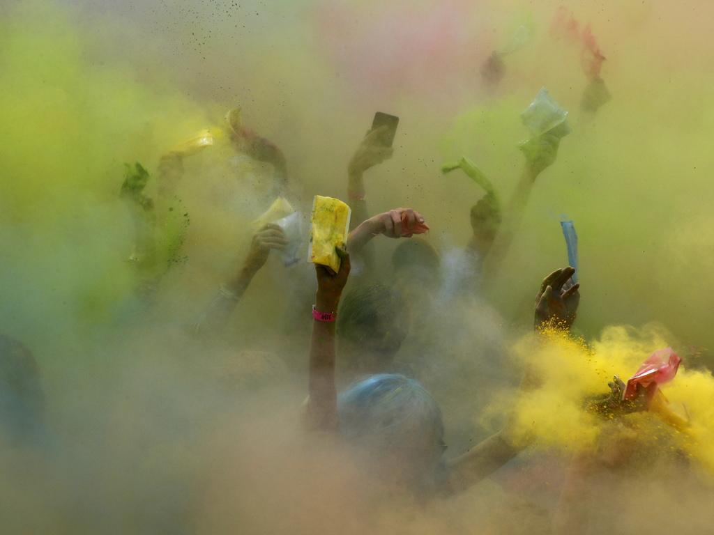 Пътят на участниците преминава през четири цветни зони, където доброволци поръсват всичко с ярка боя. Много бегачи дойдоха с карнавални костюми.