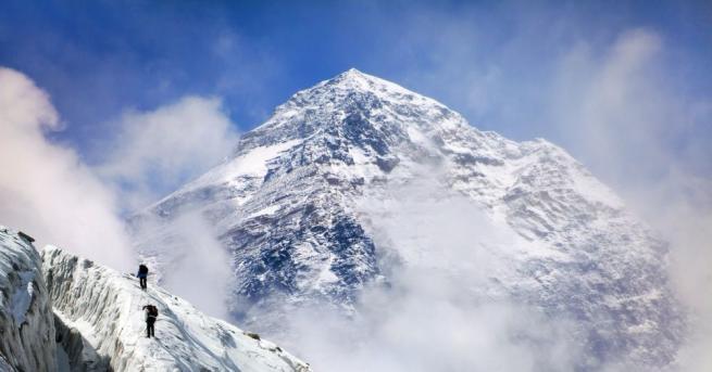 Американски учени установиха, че Еверест и околните върхове са все