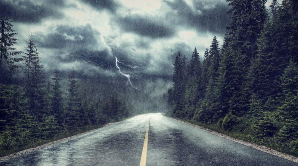 Опасно време: Интензивни дъждове, гръмотевични бури и сериозно захлаждане