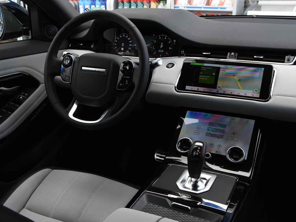 Оригиналът се превърна в най-бързо продаваният модел на Range Rover, което темпо ще е трудно да се поддържа, но пък новият модел е не по-атрактивен като визия, натъпкан с всевъзможни технологии. Винаги ще харесвам този автомобил.