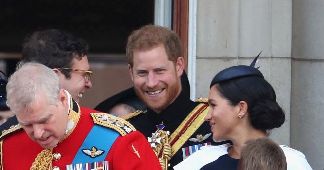 Снимка: Принц Хари със забележка към Меган на балкона на Бъкингам?