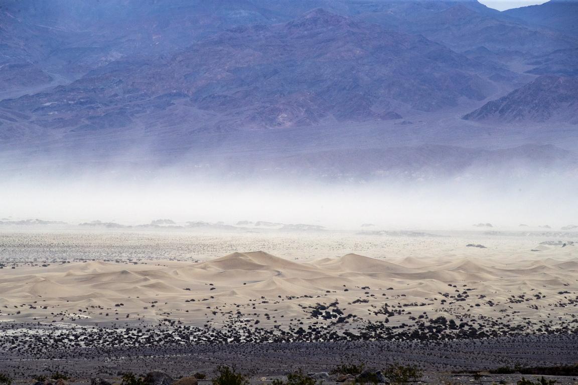 Бадуотър е равнинна област с отлагания от чиста сол, която отдалече изглежда като паднал сняг.