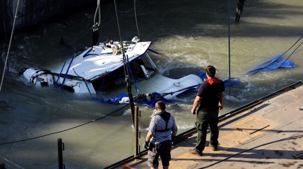 Започна изваждането на потъналото корабче в Дунав (СНИМКИ)