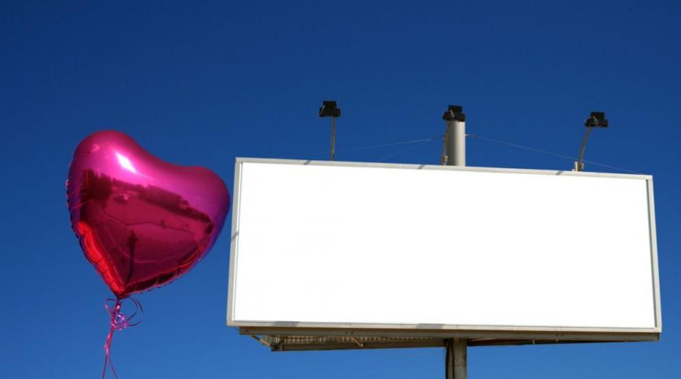 Милионер си търси жена с билборд (СНИМКИ/ВИДЕО)