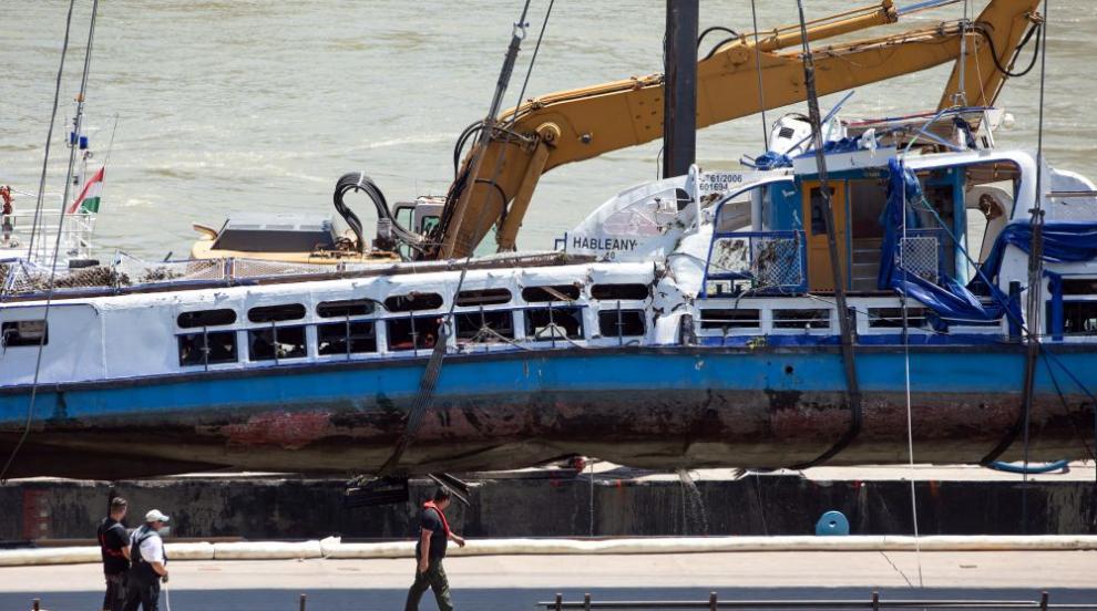 Кран извади корабчето, потънало в Дунава в центъра на Будапеща (СНИМКИ)