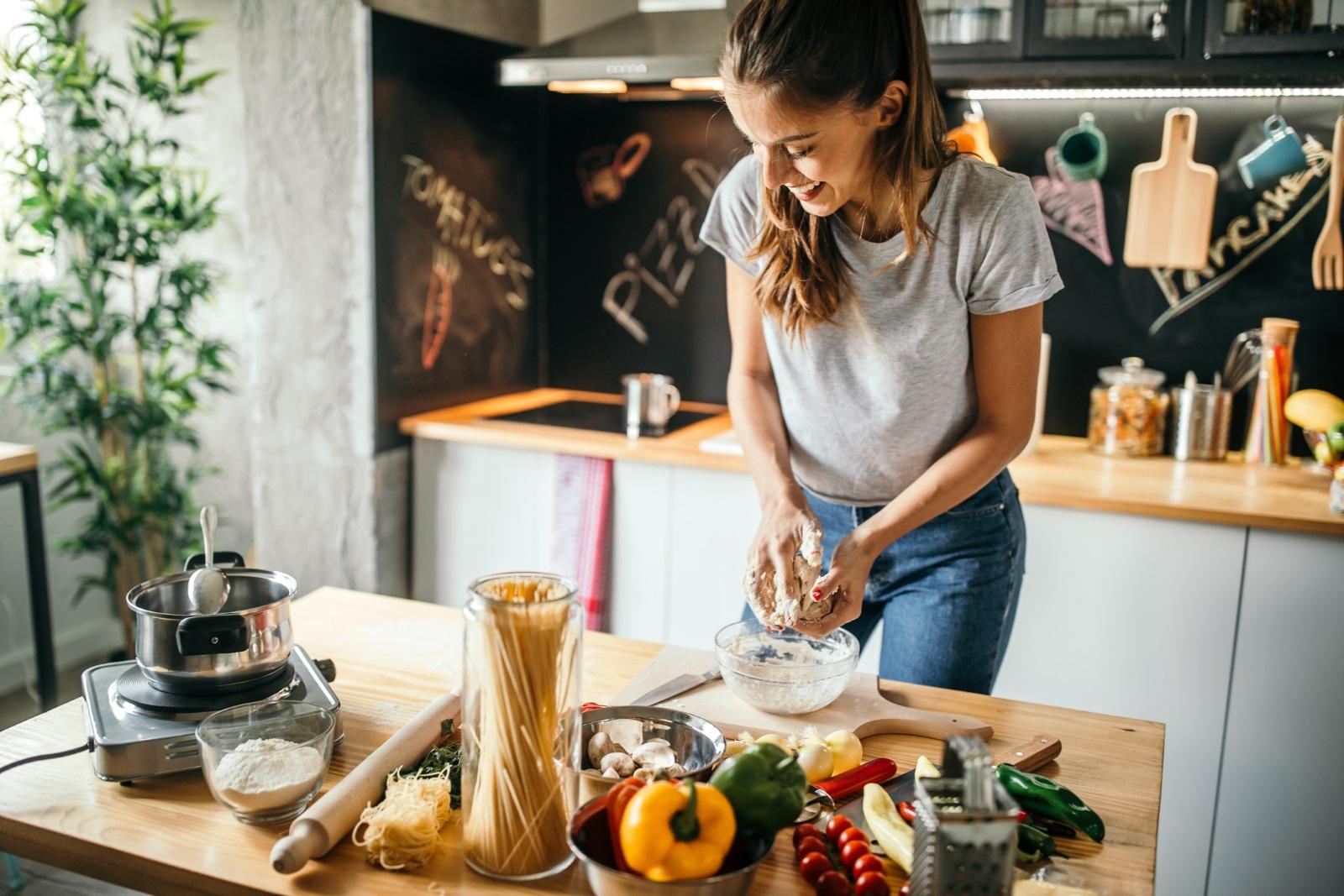 <p>Пробвай нова рецепта. Ако обичаш да готвиш и знаеш, че партньорът ти би оценил една спокойна празнична вечер за рождения си ден, тогава приготви нова рецепта за специалния му ден. Сготви нещо различно или се опитай да пресъздадеш интересно ястие от любимия ви ресторант.</p>