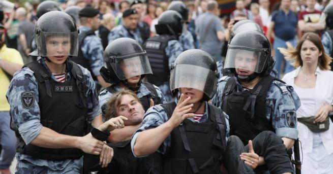 Руската полиция задържа днес най-малко 94 души на протест в