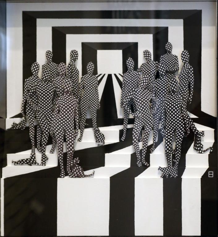 """Елени Питас-Грегориадес показва свои работи в самостоятелни и общи изложби в Лондон, Ню Йорк, Атина, Кипър, Солун, Миконос и Санторини. Предишните й творчески серии, озаглавени """"Сохо"""" и """"Модерната жена"""", са включени като илюстрации в стихосбирката """"Марсианска трева"""" на Ваня Данева."""