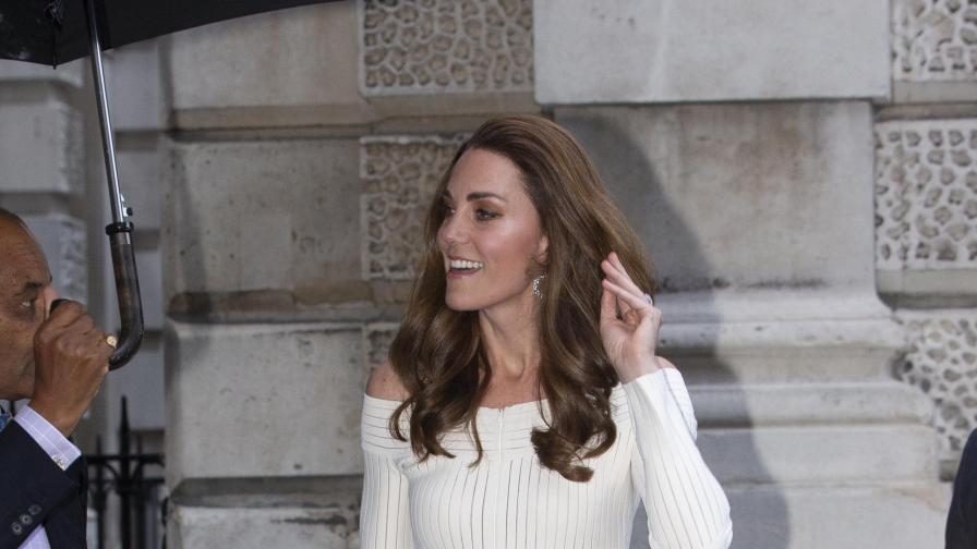 Кейт привлече внимание с рокля с голи рамена