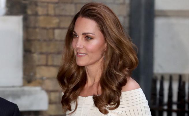 Кейт привлече внимание с рокля с голи рамена (СНИМКИ)