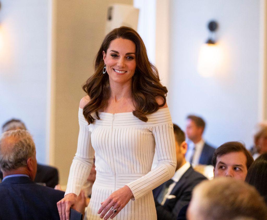 Херцогиня Катрин в изящна бяла рокля