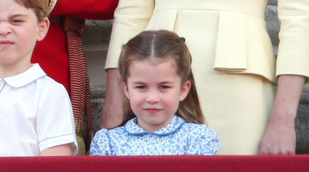 Вижте как порасналата принцеса Шарлот играе в градината (СНИМКА)