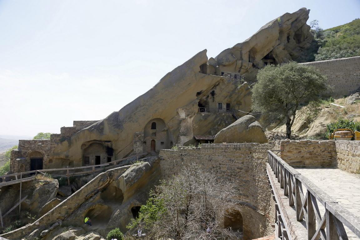 В южната част на Грузия, точно на границата с Азербайджан, в един удивително красив полупустинен район, е разположен древен манастирски комплекс, един от най-значимите в страната. Това останките на древните скални манастири, които са основани от Давид Гареджа през 6 век.