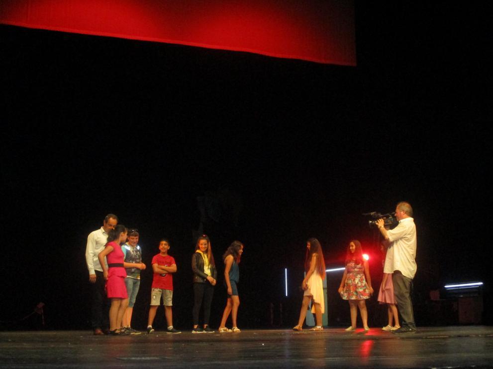 младежи в операта