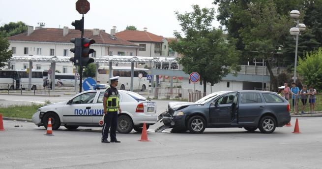 Един от полицаите, които вчера бяха ударени с патрулен автомобил