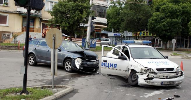 Лека кола и патрулен автомобил на МВР се удариха този