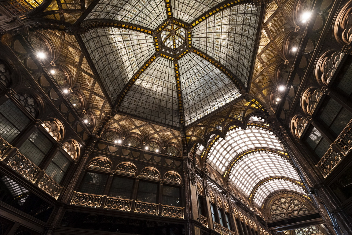 През 1912 г., сградата в стил Арт Нуво, помещава централата на спестовна банка.