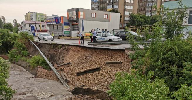 Проливният дъжд в Търговище допринесе до рухването на подпорна сетна