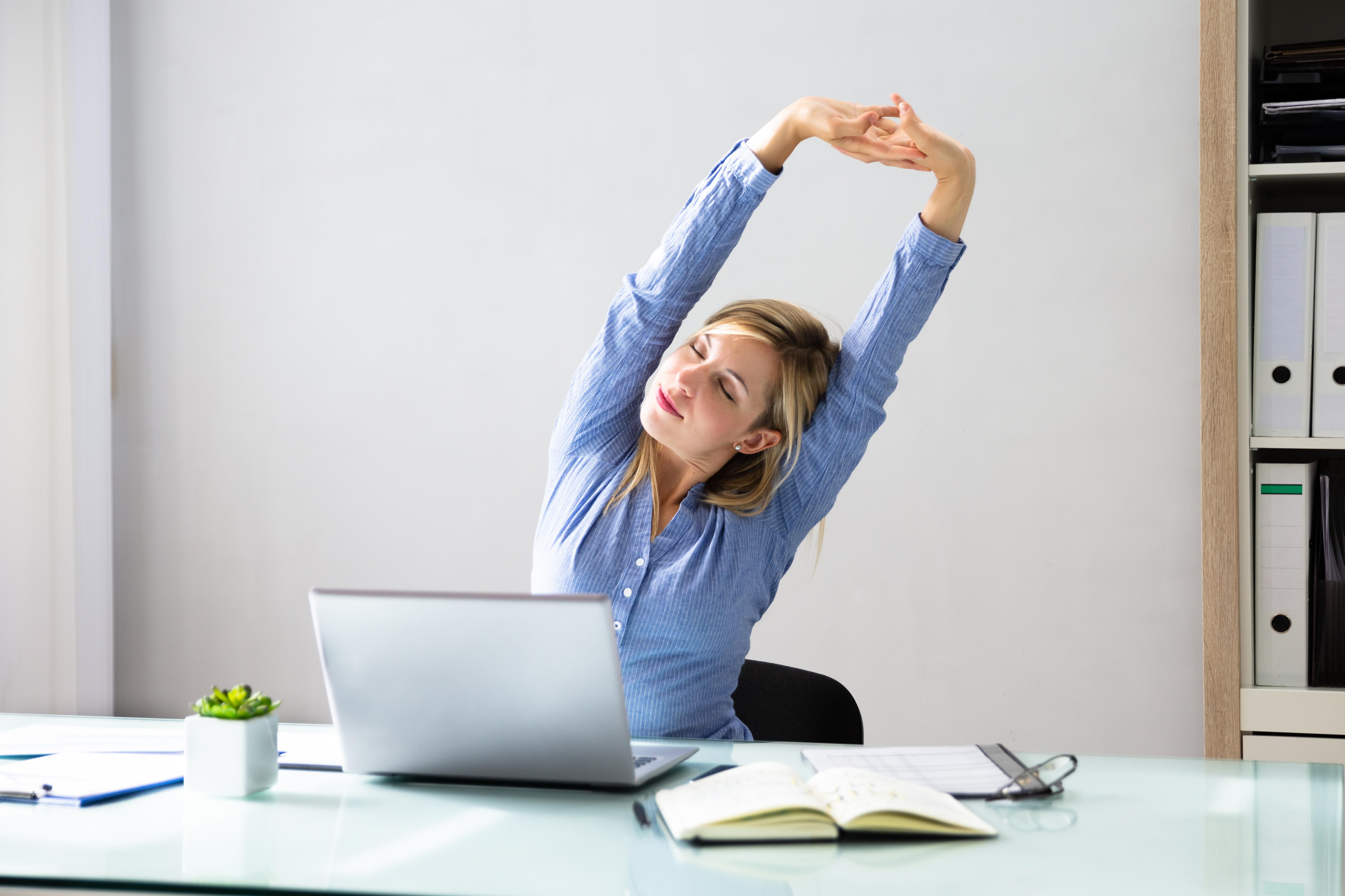 """Прекарвайте повече време в изправено положение Ако работите в офис, гледайте да устоявате на порива да прекарате деня си в седнало положение. По възможност инвестирайте в """"изправено бюро"""". Ако работата ви не го позволява, ставайте по-често и се разхождайте, за да поддържате физическата си активност. Човек изгаря средно 2,6 калории за минута в седнало положение и 3,3 калории в изправено. Това означава, че ако прекарате четири часа прави, ще изгорите допълнителни 168 калории."""