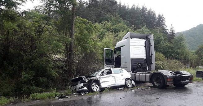 Един човек загина, а четирима бяха ранени при тежка катастрофа