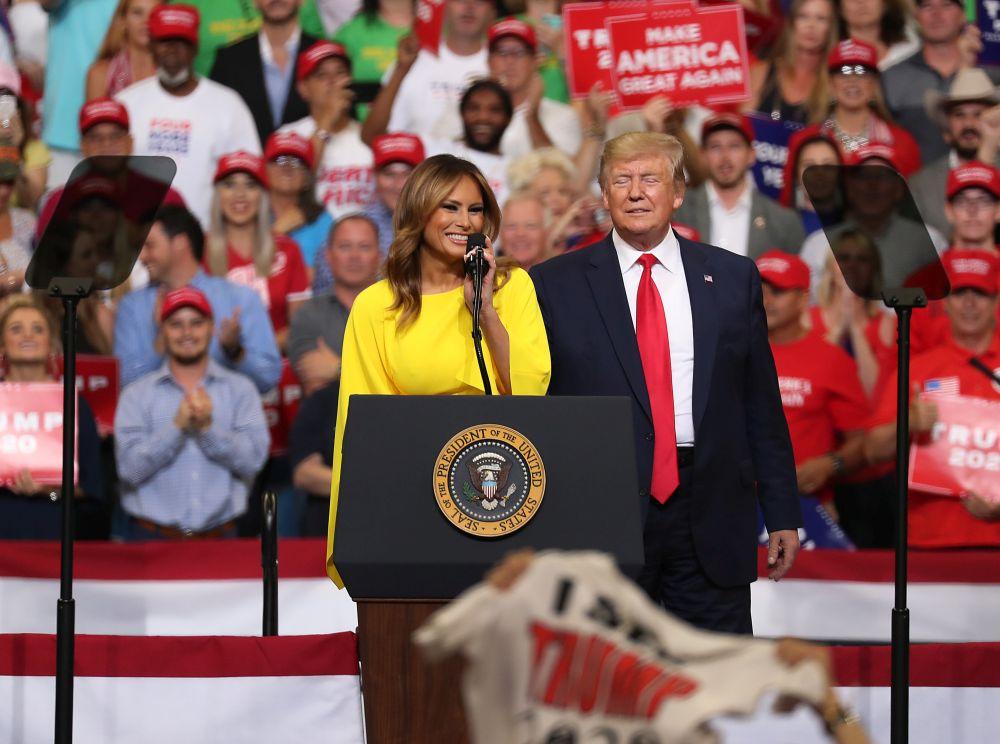 """Първата дама на САЩ """"изгря"""" с жълт гащеризон по време на откриването на предизборната кампания на Доналд Тръмп"""