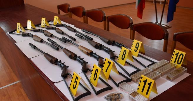 Девет самоделни дългоцевни пушки бяха открити в частен дом в