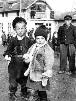 Бедни деца, Самоков, 1944г. Фотограф: Тодор Славчев