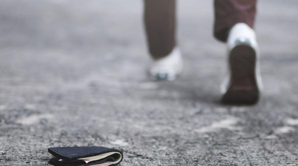 Мъж даде пари на непознат за кафе и цигари, той му открадна портмонето