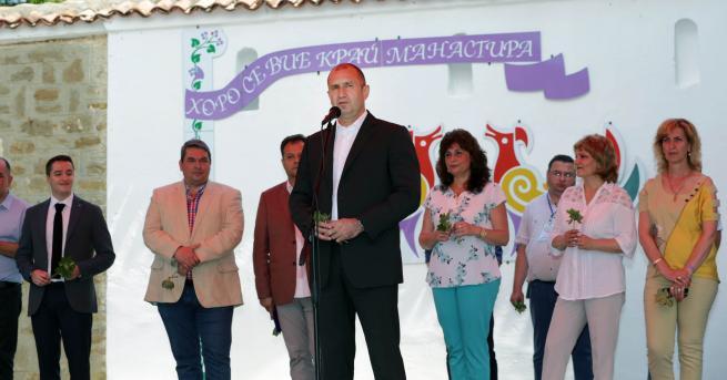 С организацията на Петропавловския събор на народното творчество красивите български