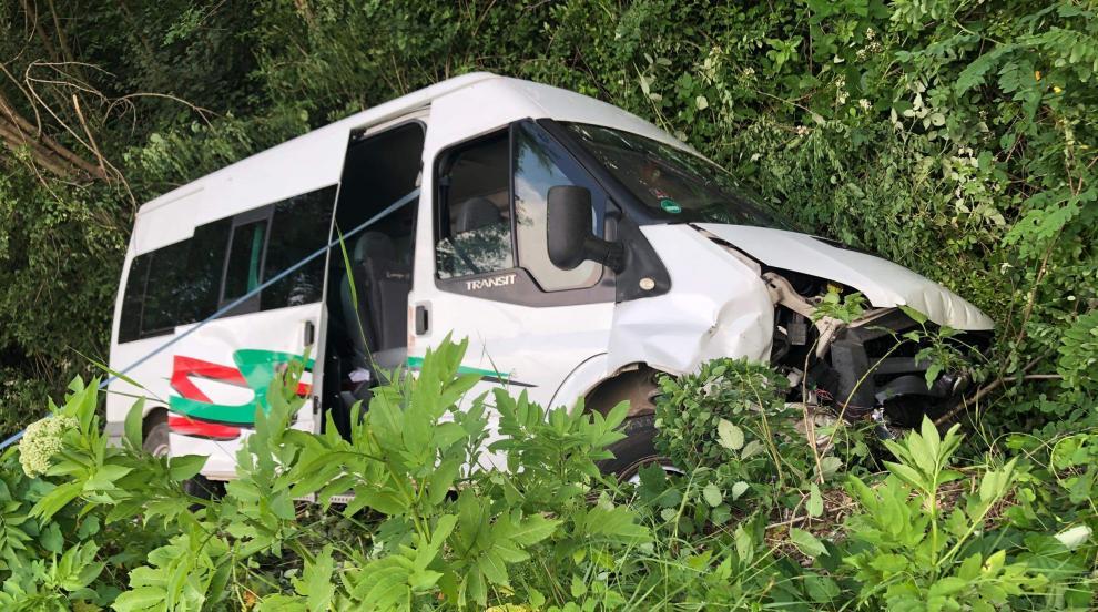 Двама остават в болница след катастрофата между бус и кола в Ловешко