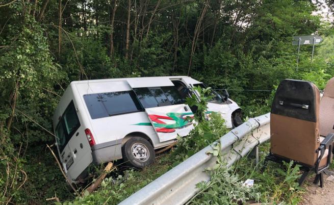 Катастрофа с пътнически микробус е станала в Ловешко