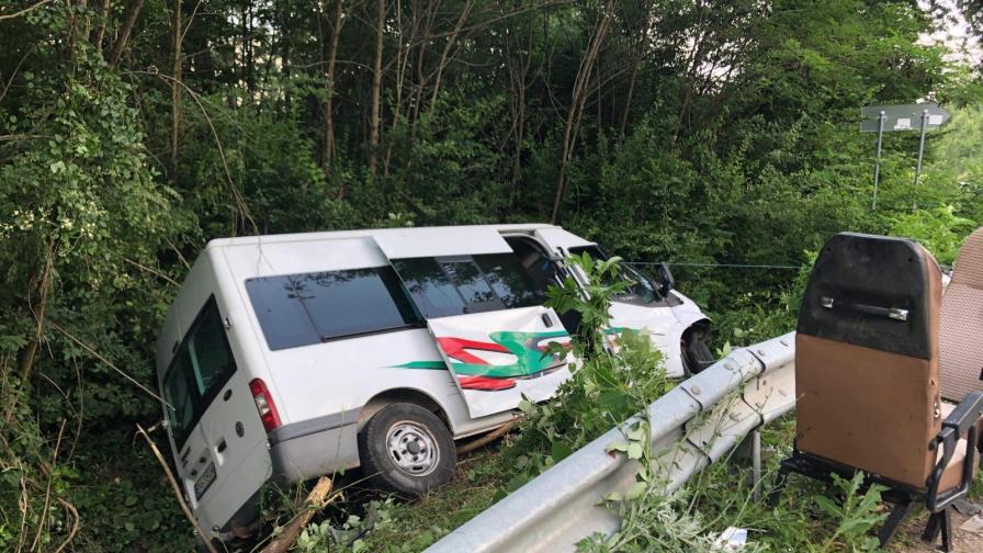 <p><strong>Катастрофа</strong> с пътнически микробус в Ловешко</p>