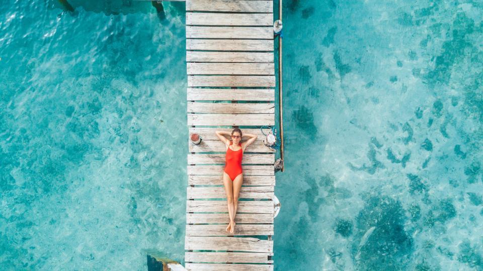 лято жена море басейн