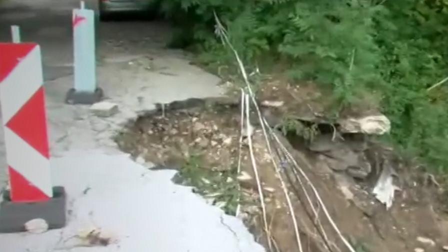 <p>Път в Родопите е на косъм от срутване</p>