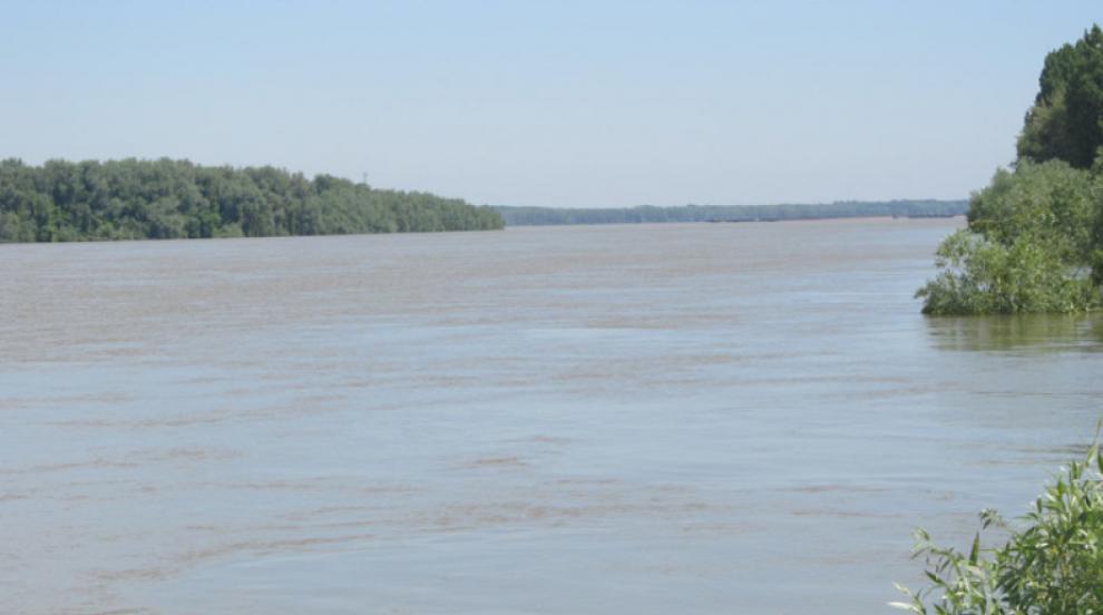 Извадиха от река Марица варели, ползвани за съхранение на опасни химикали