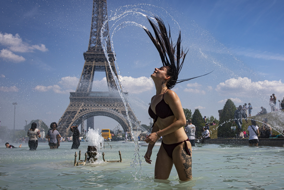 Във Франция от сега общините подготвят помещения за охлаждане и отварят общинските басейни дори през нощта, за да могат хората да се спасят от жегите. В понеделник в Париж беше 34 градуса, като прогнозите са температурата да се покачи и да остане толкова горещо през по-голямата част от седмицата.