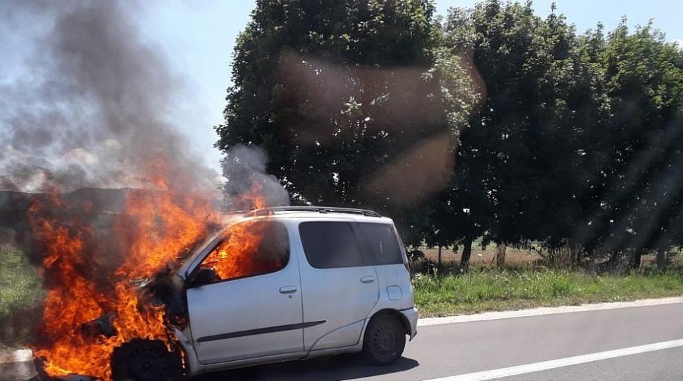 """Кола се запали в движение на магистрала """"Хемус"""" (СНИМКИ)"""